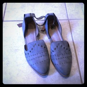 Shoes - Adorable studded flats